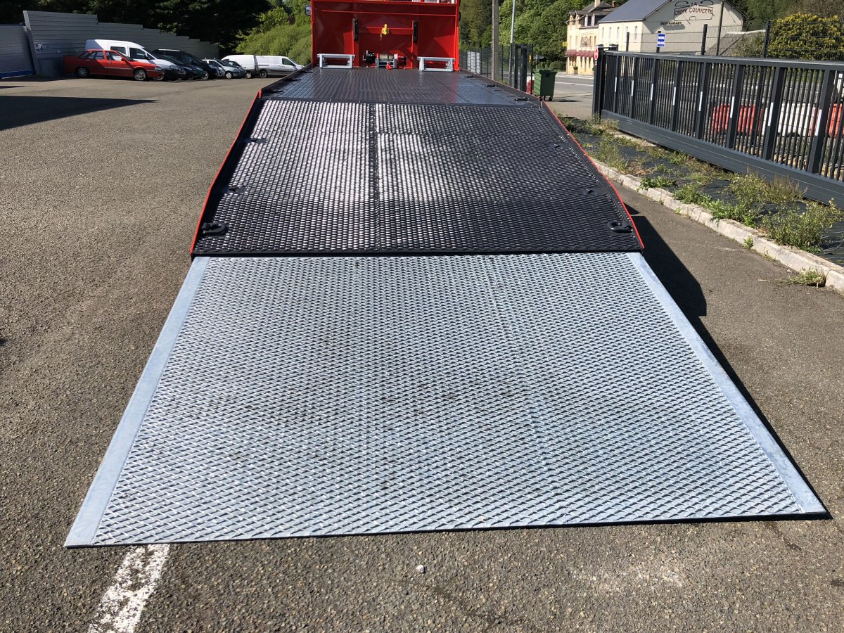 Non-slip expanded metal welded and articulated to the rear overhang deck and sliding ramp